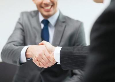 Das Bild zeigt zwei Menschen, die sich die Hände schütteln - ein Symbol für hohe Kundenorientierung nach ISO 9001:2015