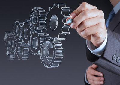 Das Bild zeigt einen Mann, der ein Zahnrad entwirft. Eine Illustration für den prozessorientierten Ansatz von ISO 9001:2015