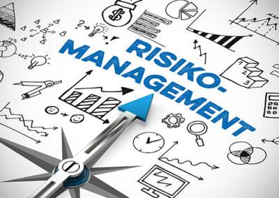 Das Bild zeigt einen Kompass, der in die Richtung des Wortes Risikomanagement weist. Ein Symbolbild für risikobasiertes Denken in der ISO-Norm 9001:2015